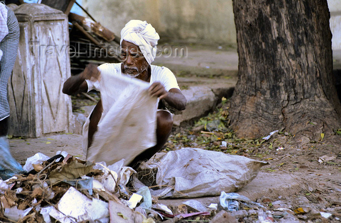 india72: India - Goa: homeless man searches in the garbage - SDF / Obdachloser - photo by W.Allgöwer - (c) Travel-Images.com - Stock Photography agency - Image Bank
