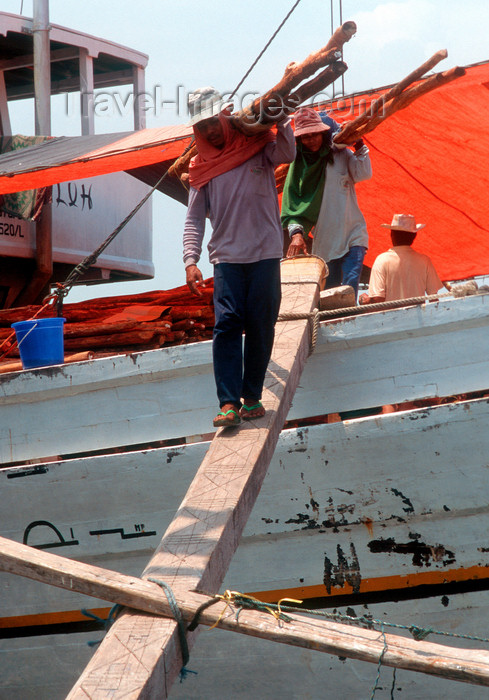 indonesia19: Sunda Kelapa, South Jakarta, Indonesia - man unloading a phinisi boat  - old port of Sunda Kelapa - estivadores - photo by B.Henry - (c) Travel-Images.com - Stock Photography agency - Image Bank