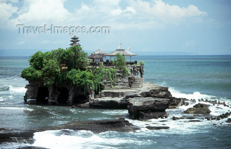 indonesia2: Indonesia - Pulau Bali / DPS: Tannah Lot - battered by the waves -  rock formation and Pura Tanah Lot Hindu temple - village of Beraban in the Tabanan Regency - photo by Mona Sturges - (c) Travel-Images.com - Stock Photography agency - Image Bank
