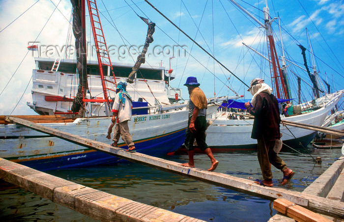 indonesia26: Sunda Kelapa, South Jakarta, Indonesia - harbour workers return to a pinisiq / phinisi / pinisi boat - the old port of Sunda Kelapa - photo by B.Henry - (c) Travel-Images.com - Stock Photography agency - Image Bank