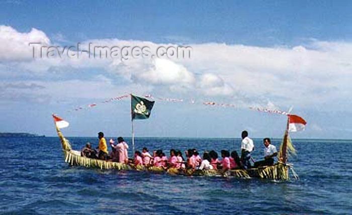 indonesia51: Indonesia - Pulau Amarsekaru island (Aru islands - Kepulauan Aru, Moluccas / Maluku): Greeting boat - photo by G.Frysinger - (c) Travel-Images.com - Stock Photography agency - Image Bank