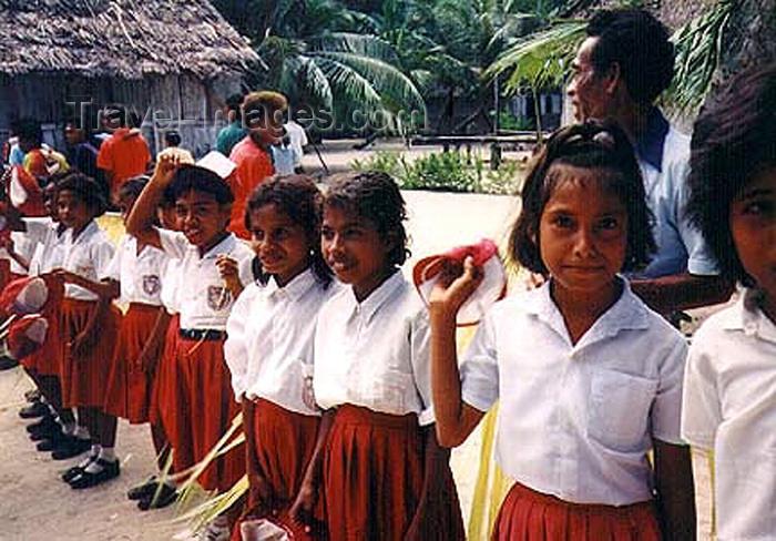 indonesia53: Indonesia - Pulau Amarsekaru island (Aru islands, Moluccas / Maluku): school children - photo by G.Frysinger - (c) Travel-Images.com - Stock Photography agency - Image Bank