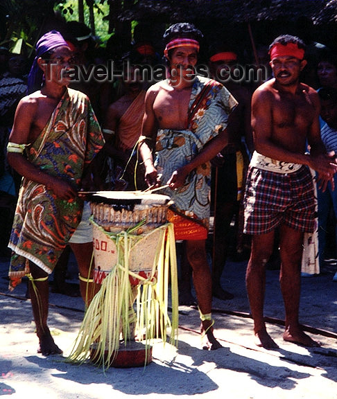 indonesia56: Indonesia - Pulau Amarsekaru island (Aru islands, Moluccas): music makers - musicians - drums - drummers - photo by G.Frysinger - (c) Travel-Images.com - Stock Photography agency - Image Bank