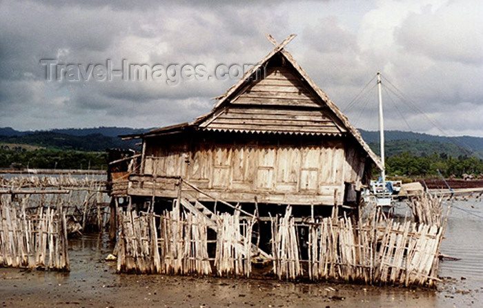 indonesia61: Selayar / Kabia island (Sulawesi / Celebes islands) - Padang village: houses over the water - photo by G.Frysinger - (c) Travel-Images.com - Stock Photography agency - Image Bank