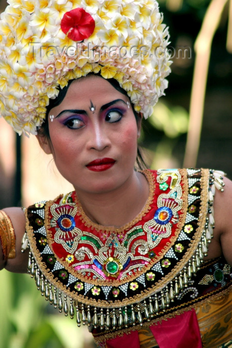 indonesia72: Indonesia - Pulau Bali: dancer with flower hat (photo by R.Eime) - (c) Travel-Images.com - Stock Photography agency - Image Bank