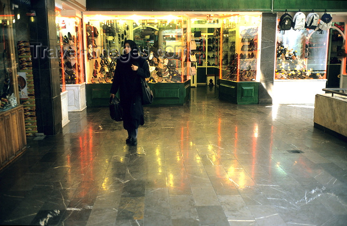 iran11: Iran - Isfahan: shopping center - woman with chador - photo by W.Allgower - (c) Travel-Images.com - Stock Photography agency - Image Bank