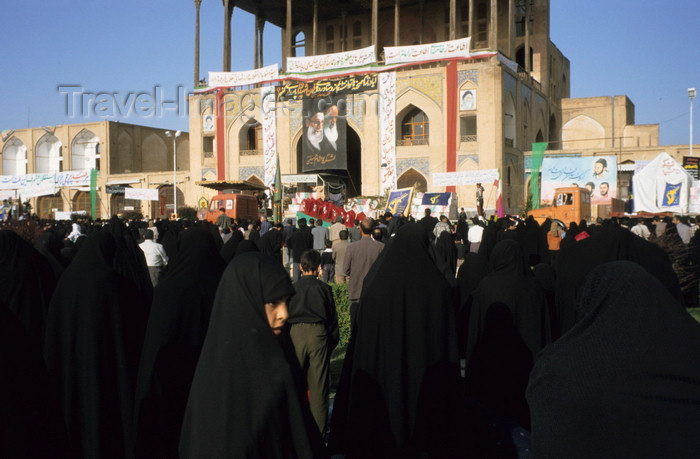 iran140: Iran - Isfahan: Ali Qapu / Sublime Gate palace - western side of the Naghsh-i Jahan Square - crowd for the Day of Ashura - photo by W.Allgower - (c) Travel-Images.com - Stock Photography agency - Image Bank
