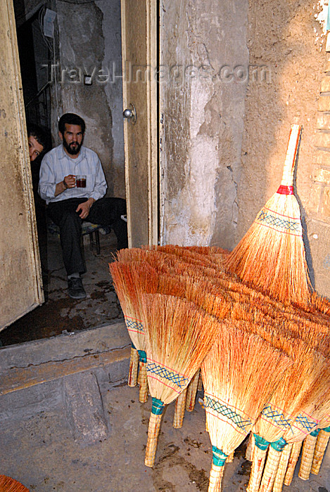 iran158: Iran - Shiraz: selling brooms - photo by M.Torres - (c) Travel-Images.com - Stock Photography agency - Image Bank