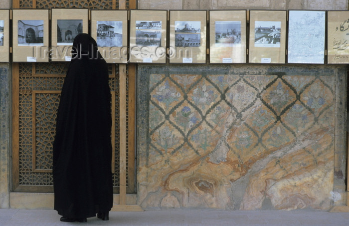 iran3: Iran - Isfahan: woman at a photo exhibition - photo by W.Allgower - (c) Travel-Images.com - Stock Photography agency - Image Bank