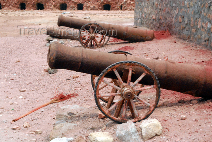 iran344: Iran - Hormuz island: 16th century cannons in the Portuguese castle - photo by M.Torres - (c) Travel-Images.com - Stock Photography agency - Image Bank