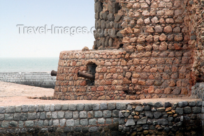 iran352: Iran - Hormuz island: guns aimed at the Ormuz strait - Portuguese castle - photo by M.Torres - (c) Travel-Images.com - Stock Photography agency - Image Bank