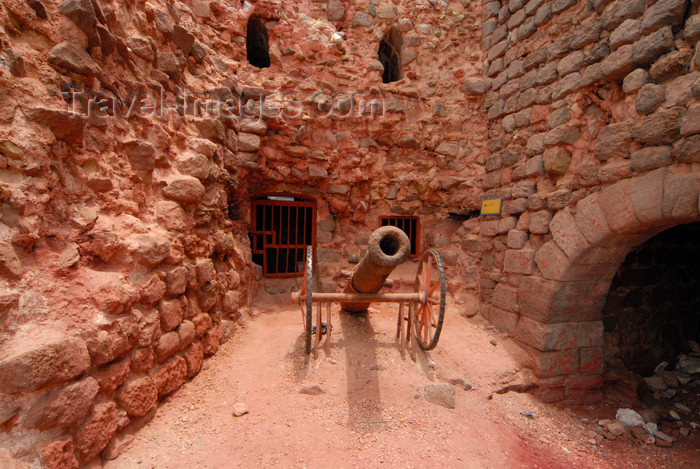 iran355: Iran - Hormuz island: light artillery - Portuguese castle - photo by M.Torres - (c) Travel-Images.com - Stock Photography agency - Image Bank