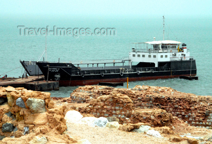 iran365: Iran - Hormuz island: barge - the Iran Hormoz 21 - photo by M.Torres - (c) Travel-Images.com - Stock Photography agency - Image Bank