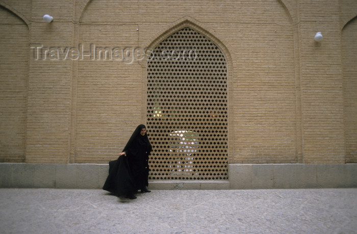 iran400: Iran - Kashan, Isfahan province: woman with chador  - photo by W.Allgower - (c) Travel-Images.com - Stock Photography agency - Image Bank