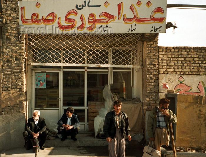 iran42: Iran - Zahedan (Baluchistan / Sistan va Baluchestan): waiting for the bus - photo by J.Kaman - (c) Travel-Images.com - Stock Photography agency - Image Bank