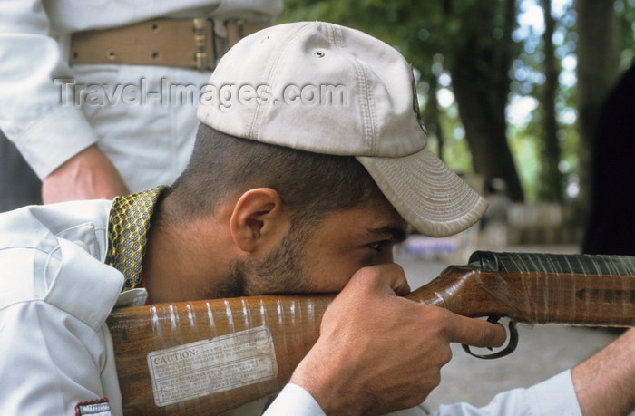 iran461: Iran: army recruit during shooting practice - photo by W.Allgower - (c) Travel-Images.com - Stock Photography agency - Image Bank