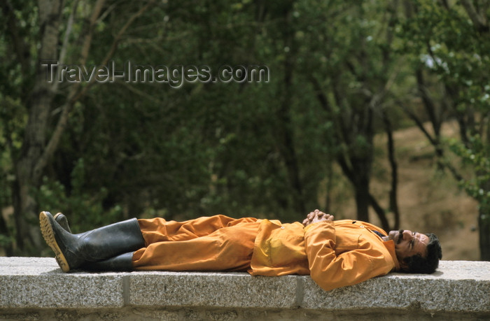 iran462: Iran: a gardener takes a siesta - photo by W.Allgower - (c) Travel-Images.com - Stock Photography agency - Image Bank