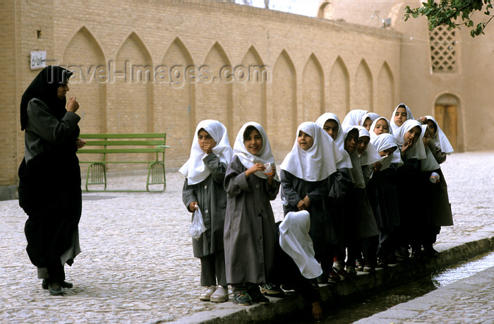 iran464: Iran - Kashan, Isfahan province: school girls - photo by W.Allgower - (c) Travel-Images.com - Stock Photography agency - Image Bank