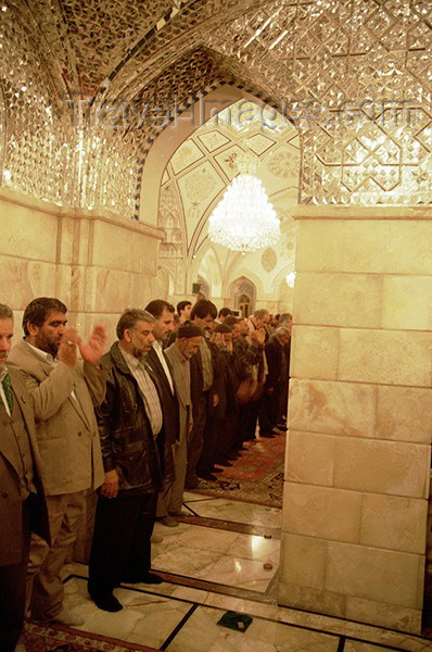 iran47: Iran - Isfahan / Ispahan: prayer time - Shia men praying - photo by J.Kaman - (c) Travel-Images.com - Stock Photography agency - Image Bank