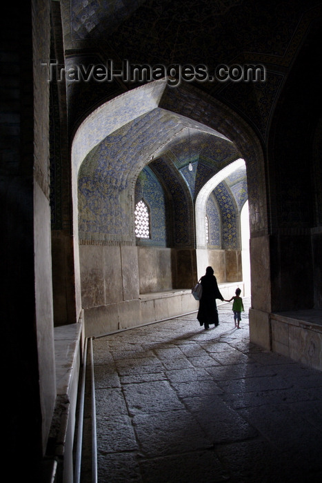 iran5: Isfahan, Iran: woman and child walk along a vaulted passage - photo by G.Koelman - (c) Travel-Images.com - Stock Photography agency - Image Bank