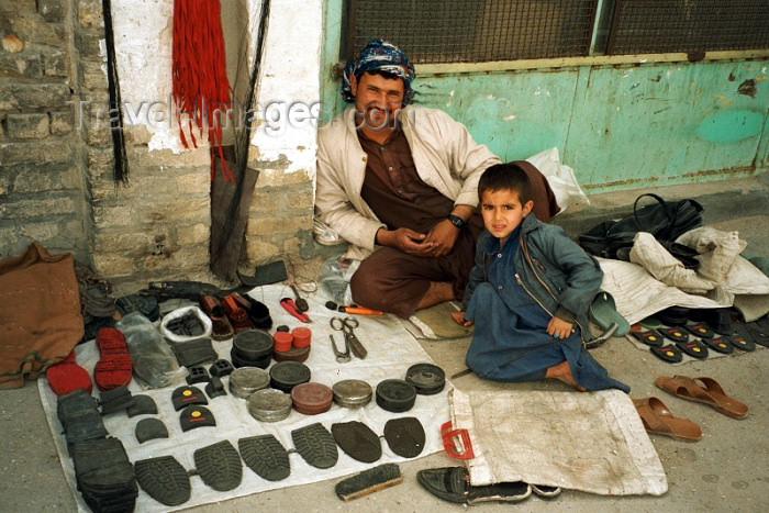 iran51: Iran - Zahedan (Baluchistan / Sistan va Baluchestan): Shoe repair - photo by J.Kaman - (c) Travel-Images.com - Stock Photography agency - Image Bank