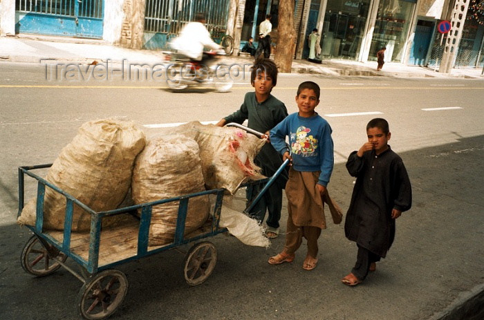 iran53: Iran - Zahedan (Baluchistan / Sistan va Baluchestan): Kids with a push-cart - photo by J.Kaman - (c) Travel-Images.com - Stock Photography agency - Image Bank
