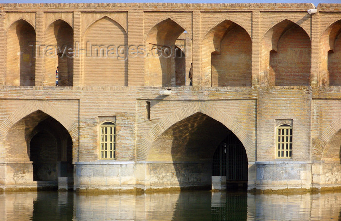 iran536: Isfahan / Esfahan, Iran: arches of Si-o-Seh Pol bridge over the Zayandeh Rud river - photo by N.Mahmudova - (c) Travel-Images.com - Stock Photography agency - Image Bank