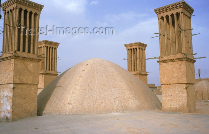 iran60: Iran - Yazd: cistern (ab anbar) and four windtowers - photo by W.Allgower - (c) Travel-Images.com - Stock Photography agency - Image Bank