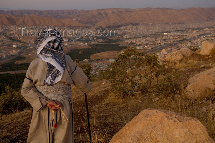 iraq103: Duhok / Dohuk / Dehok / Dahok, Kurdistan, Iraq: Kurdish man in traditional attire in the cliffs above the city - kaffiyeh scarf - Tasbih prayer beads - photo by J.Wreford - (c) Travel-Images.com - Stock Photography agency - Image Bank