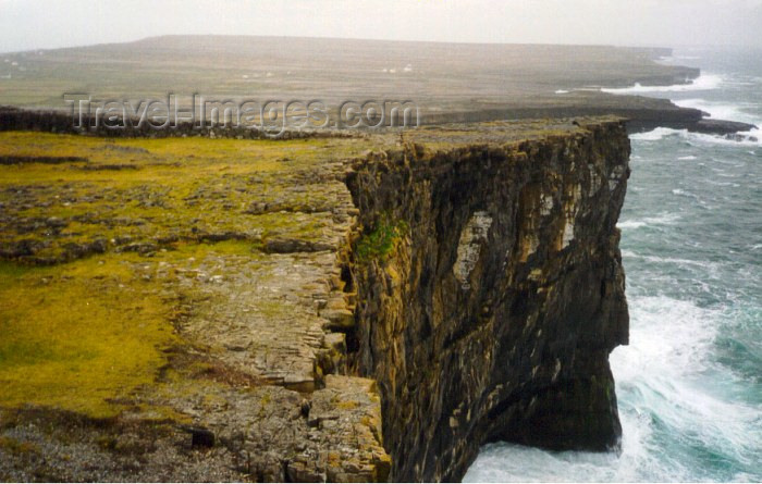 ireland17: Ireland - Inishmore /  Inishmór / the big island - Aran islands (Galway / Gaillimh county): cliff head (photo by Anna Slaczka) - (c) Travel-Images.com - Stock Photography agency - Image Bank