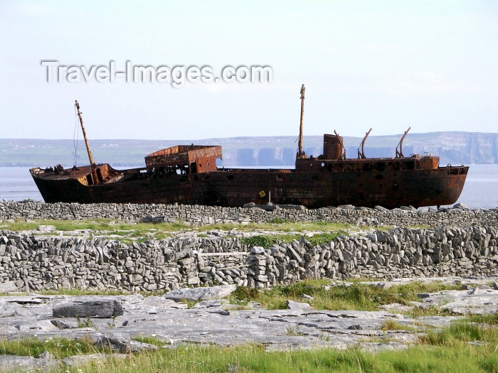 ireland64: Ireland - Inisheer - Aran islands (Galway / Gaillimh county): shipwreck (photo by R.Wallace) - (c) Travel-Images.com - Stock Photography agency - Image Bank
