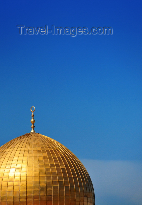 israel473: Jerusalem / al-Quds, Israel: golden dome and blue sky - Dome of the Rock - Kipat Hasela - built by Umayyad Caliph Abd al-Malik with architecture inspired in the Church of the Holy Sepulcher - Temple Mount, Har haBáyith - Esplanade of the Mosques - Haram el-Sherif - photo by M.Torres - (c) Travel-Images.com - Stock Photography agency - Image Bank