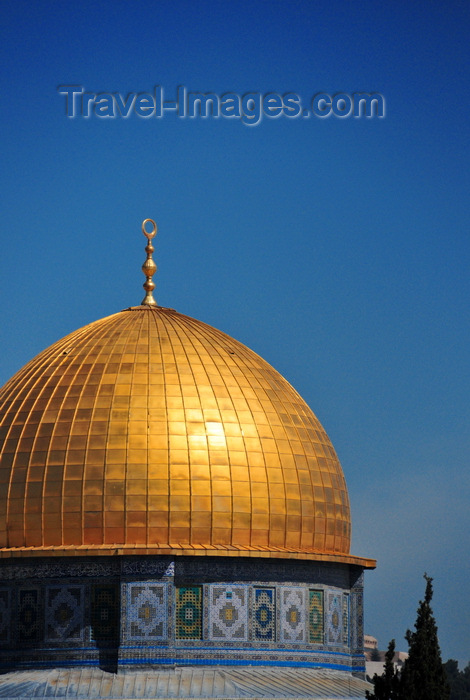 israel474: Jerusalem / al-Quds, Israel: golden dome and blue tiles - Dome of the Rock - Kipat Hasela - erected on the site of the Second Jewish Temple, demolished during the Roman Siege of Jerusalem - Temple Mount, Har haBáyith - Esplanade of the Mosques - Haram el-Sherif - photo by M.Torres - (c) Travel-Images.com - Stock Photography agency - Image Bank
