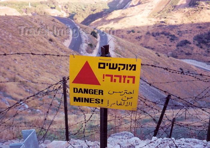 israel7: Israel - Golan Heights / Golans (occupied from Syria): mine field - sign and barbed wire - photo by Miguel Torres - (c) Travel-Images.com - Stock Photography agency - Image Bank