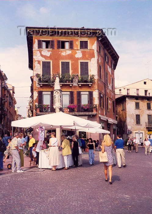 italy1: Verona  - Venetia / Veneto, Italy / VRN : street market - photo by M.Torres - (c) Travel-Images.com - Stock Photography agency - Image Bank