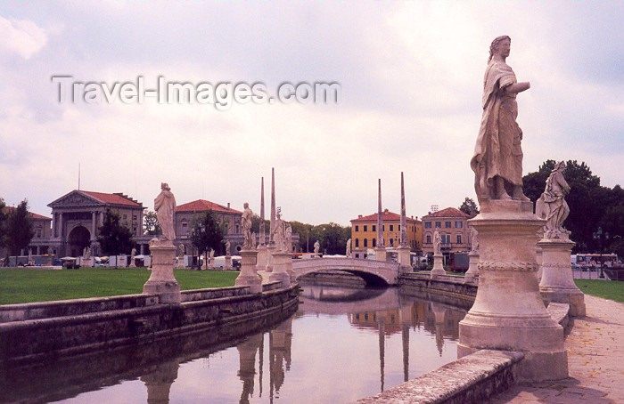 italy20: Padua / Padova / QPA  - Venetia / Veneto, Italy: Prato della Valle - photo by M.Torres - (c) Travel-Images.com - Stock Photography agency - Image Bank