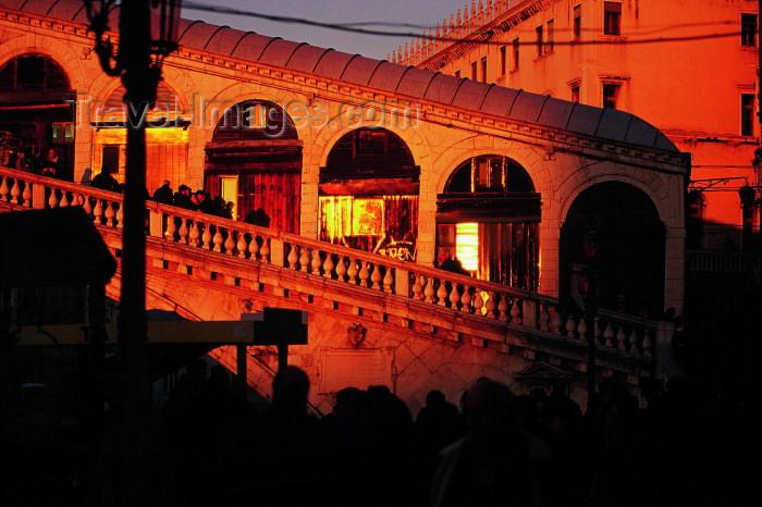 italy221: Italy / Italia - Venice: Ponte Rialto at sunset / Rialto bridge (photo by M.Gunselman) - (c) Travel-Images.com - Stock Photography agency - Image Bank