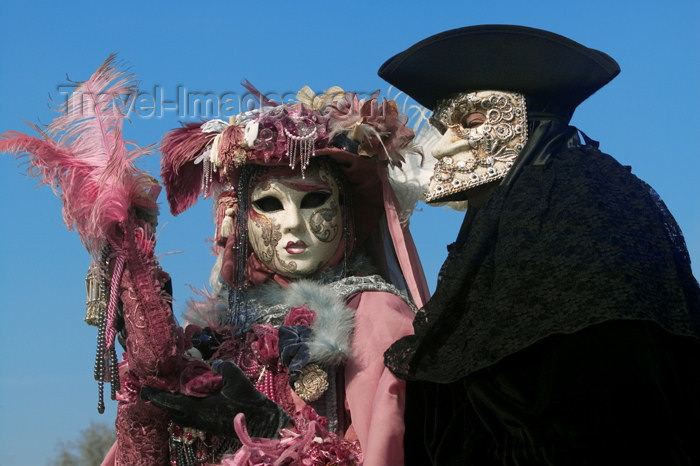 italy238: Italy / Italia - Venice / Venezia: carnival - pink and black (photo by  Y.Guichaoua) - (c) Travel-Images.com - Stock Photography agency - Image Bank