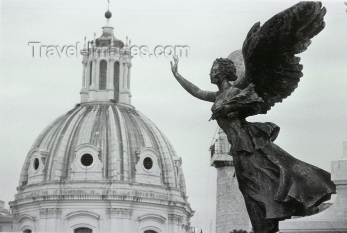 italy272: Italy / Italia - Rome: Vittoriano - La Vittoria, sculpture by Adolfo Apolloni, and the dome of Chiesa del Santissimo Nome di Maria - photo by E.Luca - (c) Travel-Images.com - Stock Photography agency - Image Bank
