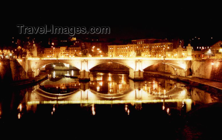 italy31: Italy / Italia - Rome / Roma / FCO / CIA (Lazio): San Angelo bridge - river / fiume Tevere - Ponte S. Angelo - the Tiber rests a night before the Tyrrhenian Sea - photo by M.Torres - (c) Travel-Images.com - Stock Photography agency - Image Bank