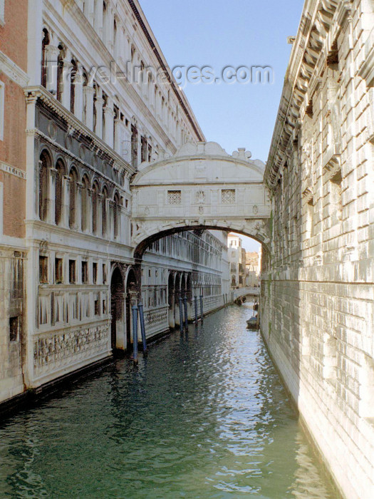 italy314: Italy / Italia - Venice / Venezia: Bridge of Sighs - Ponte dei Sospiri - Rio di Palazzo - connects the old prisons to the interrogation rooms in the Doge's Palace (photo by M.Bergsma) - (c) Travel-Images.com - Stock Photography agency - Image Bank