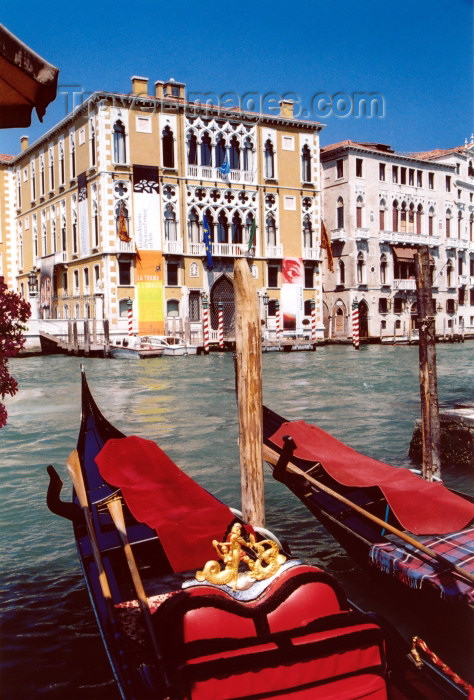 italy319: Italy / Italia - Venice: Palazzo Pisani-Moretta and gondolas - Grand canal -  Gothic - XV cent (photo by M.Torres) - (c) Travel-Images.com - Stock Photography agency - Image Bank