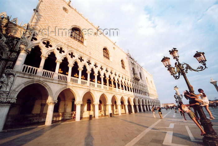 italy320: Italy / Italia - Venice: Doge's Palace and lamp post with children (photo by M.Torres) - (c) Travel-Images.com - Stock Photography agency - Image Bank
