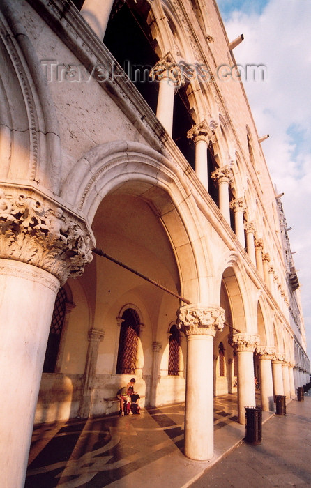 italy321: Italy / Italia - Venice: Doge's Palace - colonnade (photo by M.Torres) - (c) Travel-Images.com - Stock Photography agency - Image Bank