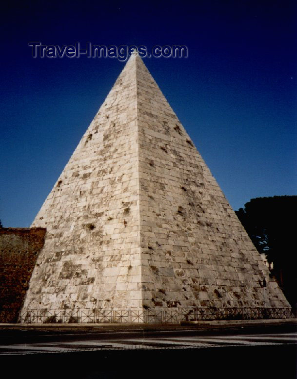 italy37: Italy / Italia - Rome / Roma: Piramide di Cestio - Pyramid of Cestius- mausoleum of Caius Cestius - photo by M.Torres - (c) Travel-Images.com - Stock Photography agency - Image Bank