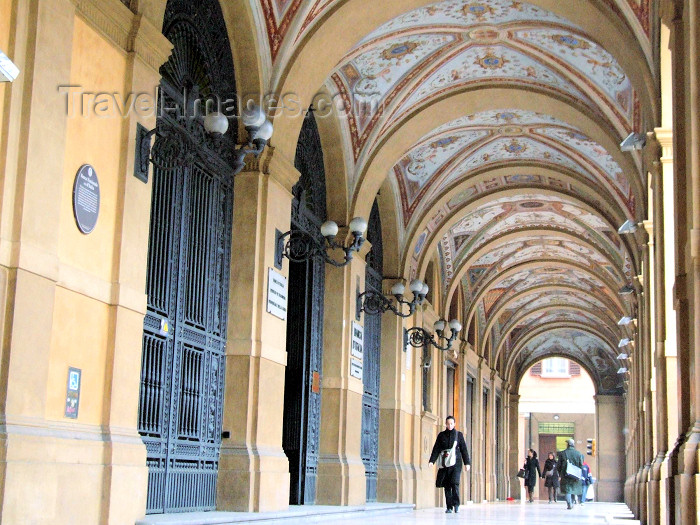 italy394: Bologna (Emilia-Romagna) / BLQ - Italy: Banca d'Italia - Piazza Cavour - arcades - Portici - photo by M.Bergsma - (c) Travel-Images.com - Stock Photography agency - Image Bank