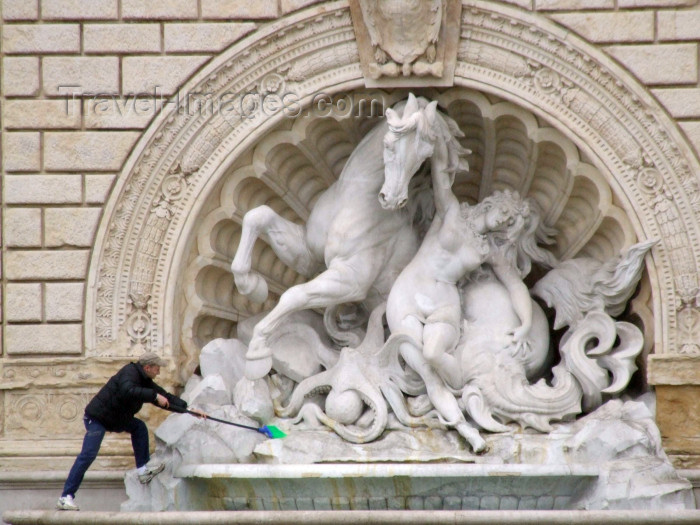 italy395: Bologna (Emilia-Romagna) / BLQ - Italy: cleaning a fountain - fontana - photo by M.Bergsma - (c) Travel-Images.com - Stock Photography agency - Image Bank