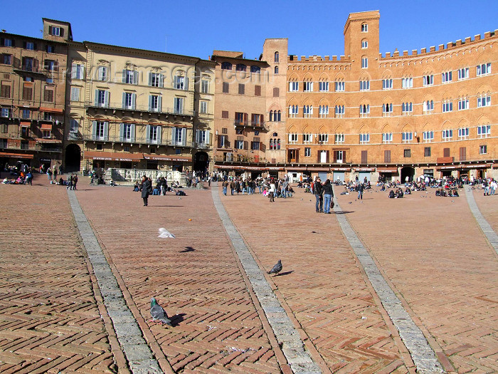 italy396: Italy / Italia - Siena  (Toscany / Toscana) / FLR : on Piazza del Campo - Palazzo Pubblico - Unesco world heritage site - photo by M.Bergsma - (c) Travel-Images.com - Stock Photography agency - Image Bank