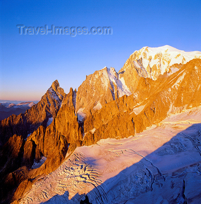 italy433: Italy - Mont Blanc / Monte Bianco -  Valle d'Aosta: Europe's tallest mountain (4809 m) and the Aiguille Noire de Peuterey - Graian Alps - Italo-French border - photo by W.Allgower - (c) Travel-Images.com - Stock Photography agency - Image Bank
