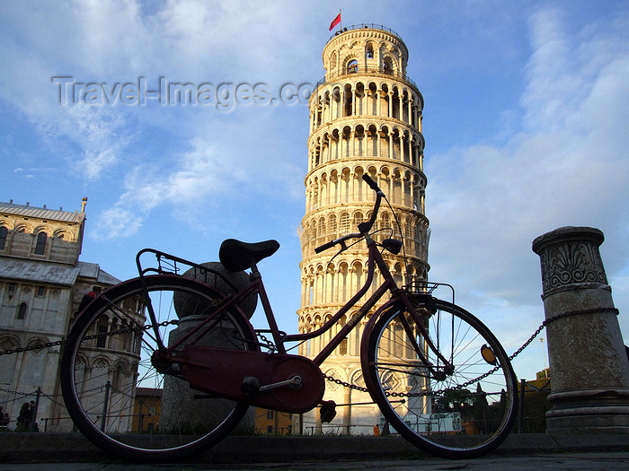 italy65: Italy / Italia - Pisa ( Toscany / Toscana ) / PSA :  leaning tower and bike - Piazza dei Miracoli - photo by M.Bergsma - (c) Travel-Images.com - Stock Photography agency - Image Bank
